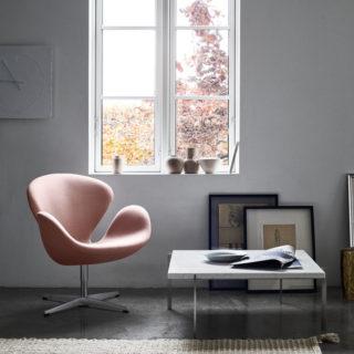 fauteuil Swan Fritz Hansen couleur pêche et table basse PK61