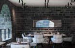 table restaurant avec chaises HUSK blanche capitonnée grise