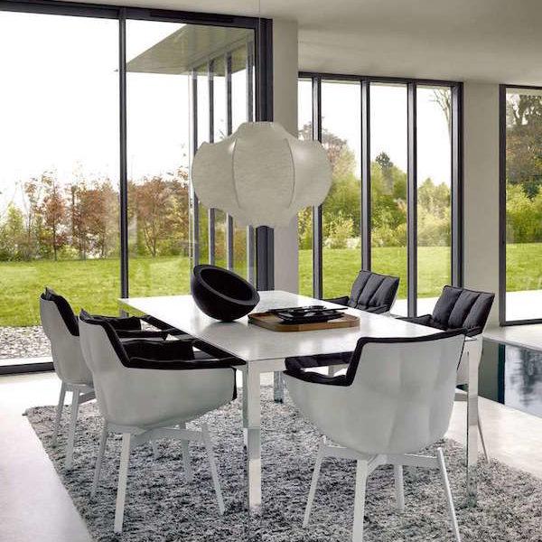 Salon avec table et chaises HUSK blanche capitonnée noir
