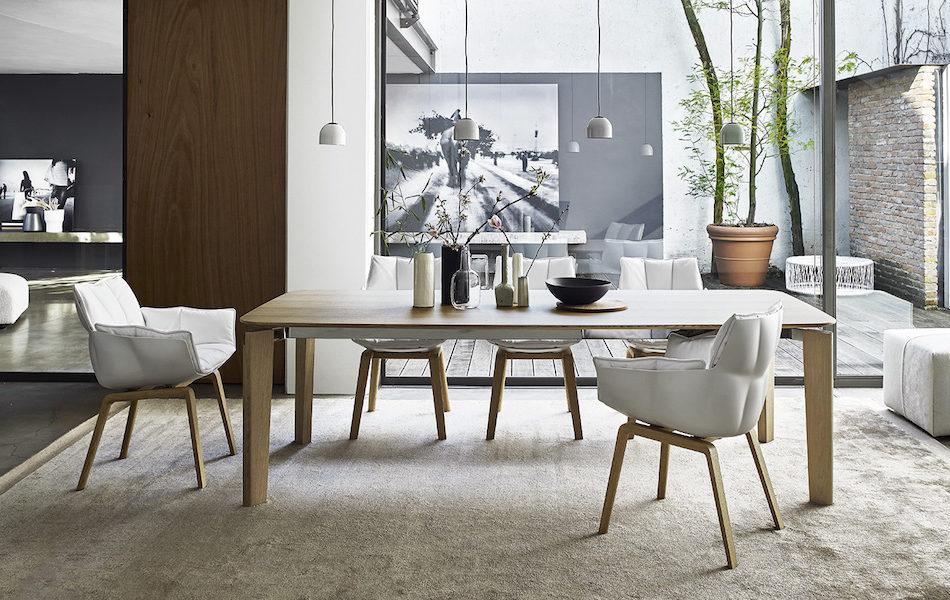 Salon avec table Oskar et chaises HUsk blanche
